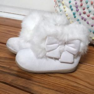 🍭 Gymboree White Fur Bow Boots Baby  6 Toddler